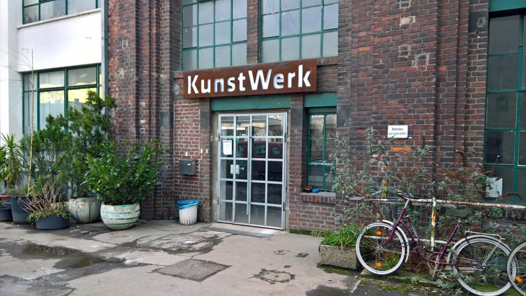 Eingang des Atelierhauses KUNSTWERK in Köln